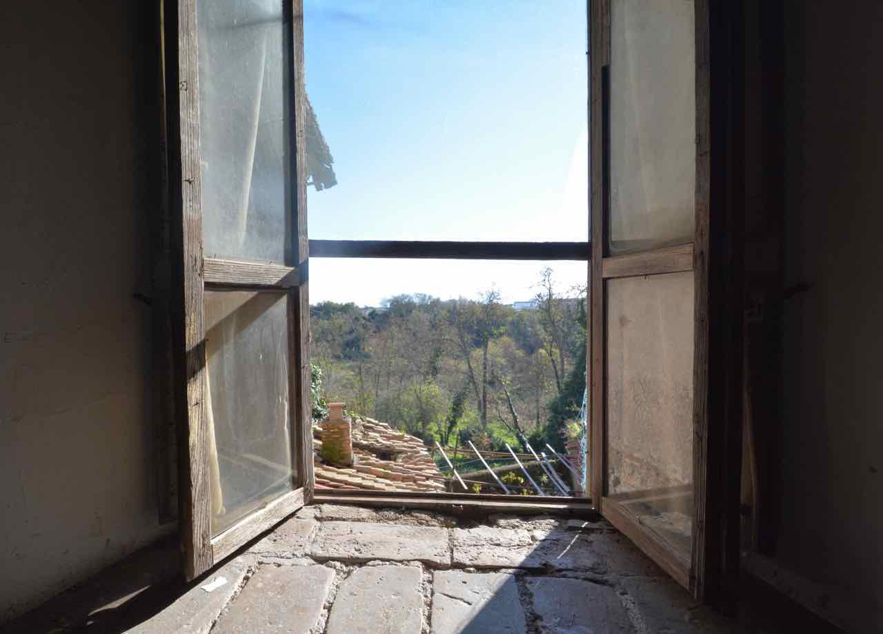 Una veduta dall interno si scorge il pavimento antico for Finestra antica aperta