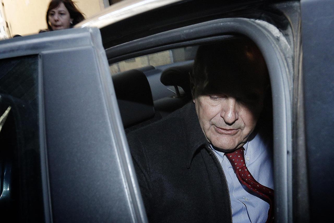 Pierluigi bersani esce dalla camera dopo aver partecipato for Deputati pd