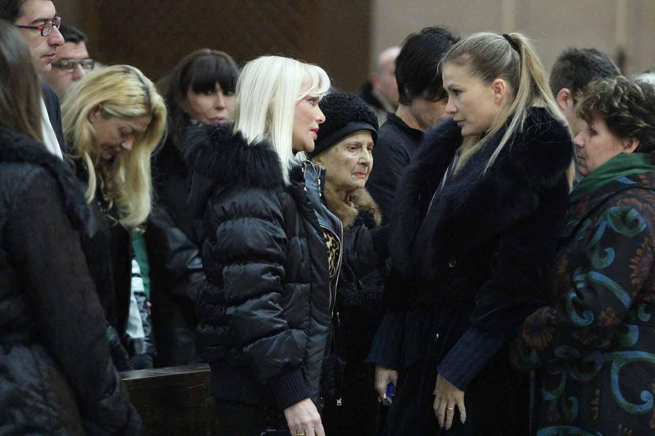 2012 la henger con ilona staller al funerale del marito e - Eva henger porno diva ...