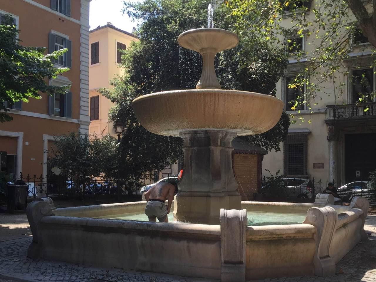 Fontane di roma tra assalti dei turisti e degrado - Bagno coi delfini roma ...