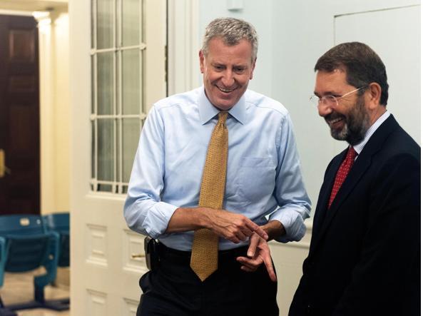 Bill de Blasio  con il sindaco di Roma, durante l'incontro a New York del 02 settembre scorso (Ansa)