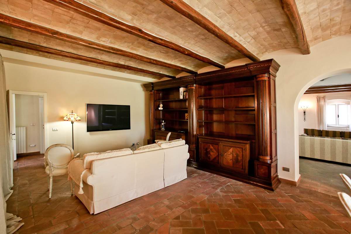 Pino daniele gli interni del casale in toscana ora in vendita - Ville e casali interni ...