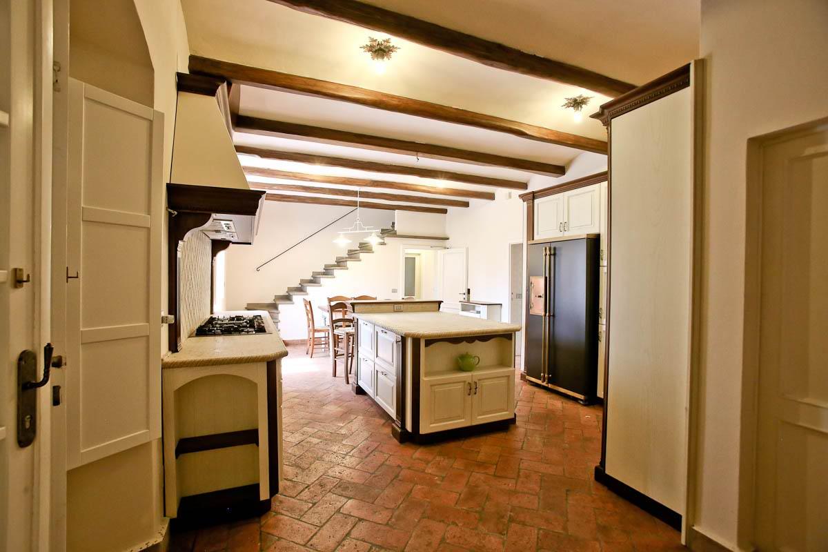 Trendy ancora la cucina al piano terra del casale e adiacente al salone foto dal sito cassiano - Cucine stile toscano ...