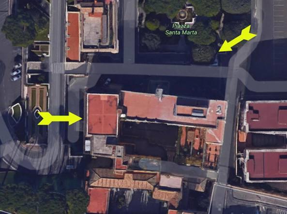 La freccia in basso a sinistra indica l'attico del cardinale Tarcisio Bertone (Ansa)