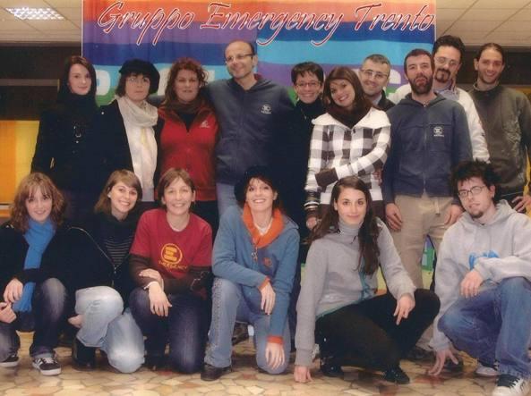 Valeria Solesin, seconda da destra in prima fila, con il gruppo di volontari di Emergency Trento in uno scatto postato da Cecilia Strada su Facebook