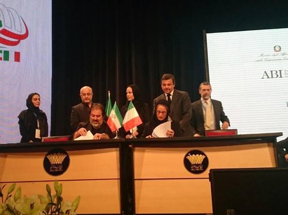 La firma  dei  memorandum  d'intesa  domenica  a Teheran: seduta a destra la presidente del Maxxi Giovanna Melandri