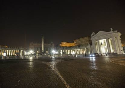 Roma, al buio la Cupola di San Pietro