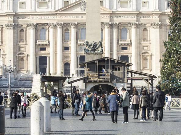 Pellegrini in piazza San Pietro davanti al nuovo presepe (Jpeg)