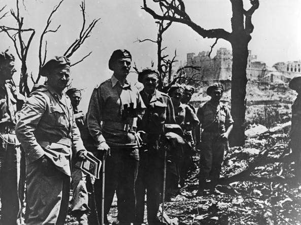 Al centro, con il basco nero, il generale Anders, comandante dei polacchi