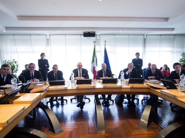 Un momento della riunione sull'emergenza smog al Ministero dell'Ambiente tra il ministro Gian Luca Galletti, i governatori e i sindaci delle grandi città (Ansa/Percossi)