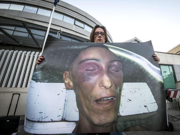 Ilaria Cucchi con un'immagine del fratello morto fuori da piazzale Clodio