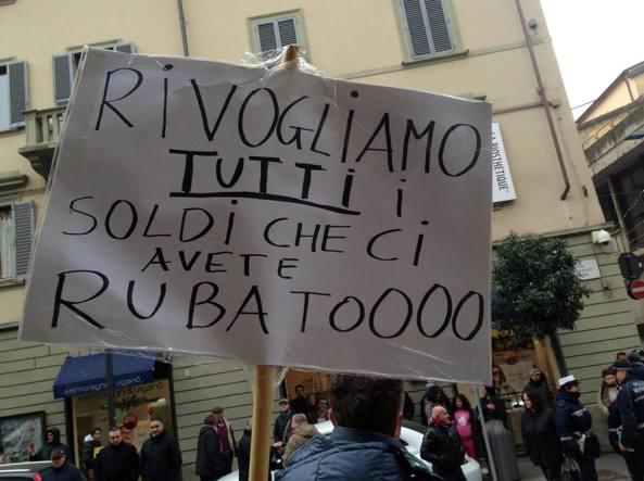 Una protesta dei risparmiatori davanti alla sede di Banca Etruria ad Arezzo (Ansa)