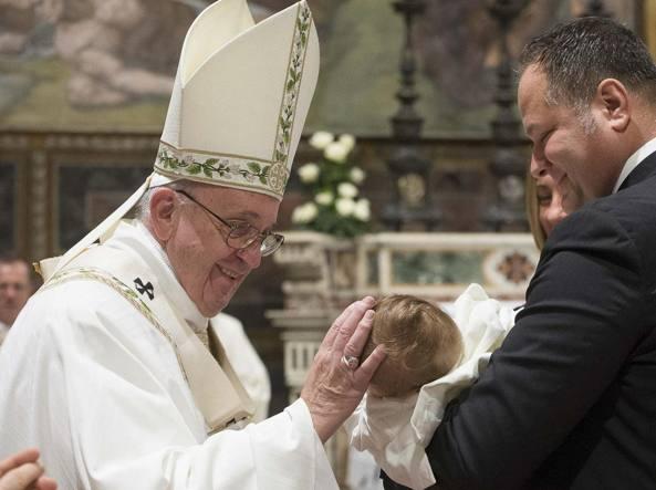 Il Papa ha battezzato 26 bambini nella Cappella Sistina (Ansa/Osservatore Romano)