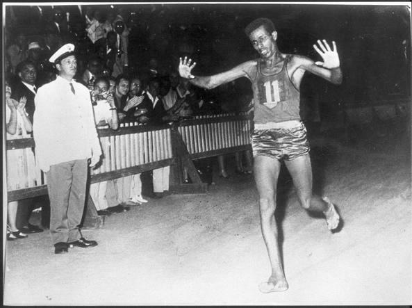 10 settembre 1960: l'arrivo scalzo della trionfale maratona di Abebe Bikila a Roma