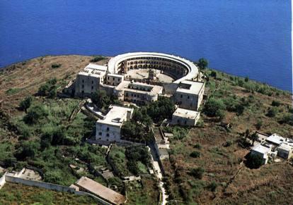 L'isola di Santo Stefano e il carcere in mezzo al mare