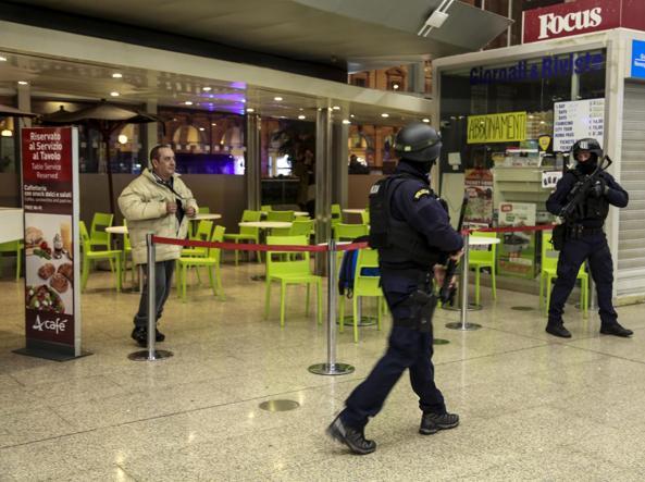 La stazione Termini evacuata lunedì sera (Ansa)