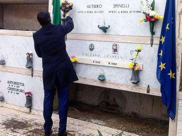 Renzi e i fiori a Spinelli (foto Twitter/Filippo Sensi)
