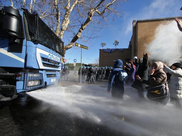 L'intervento della polizia con l'idrante alla manifestazione di gioved� all'Ostiense