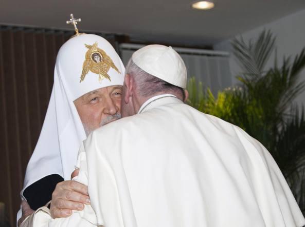 Il Papa e l'abbraccio con Kirill (Ap)