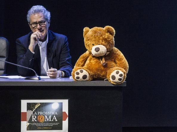 Francesco Rutelli con l'orso portato da Gianfranco Mascia (Jpeg)