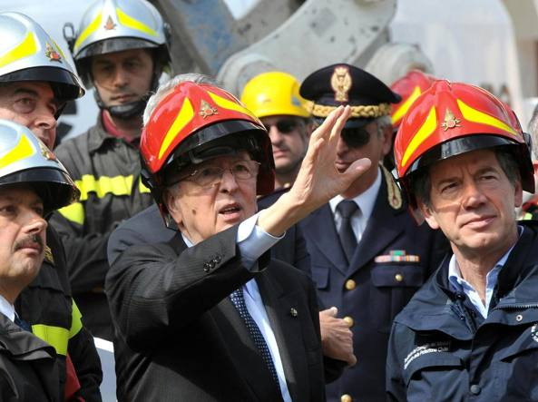 Bertolaso con Napolitano all'indomani del sisma che ha fatto oltre 300 vittime (Ap)