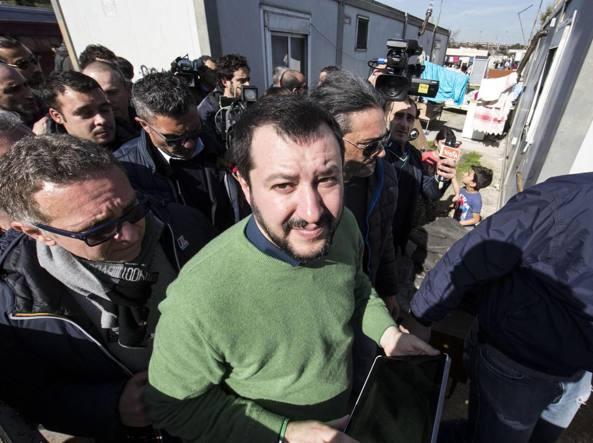 Matteo Salvini nel campo rom  di via Salviati (Ansa)