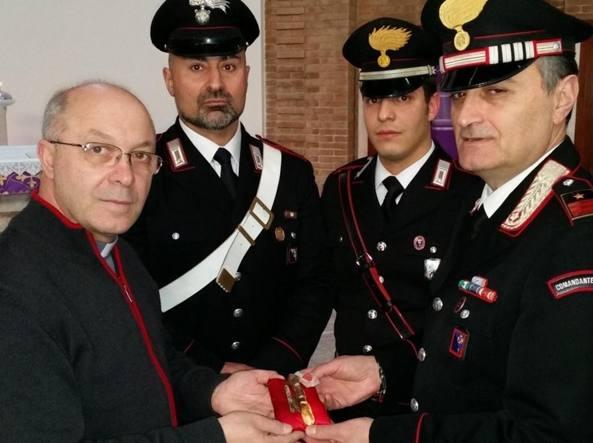 I carabinieri consegnano la reliquia ritrovata al parroco (Omniroma)