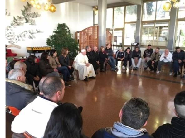 Papa Francesco con i ragazzi tossicodipendenti del Ceis (foto da Radio Vaticana)
