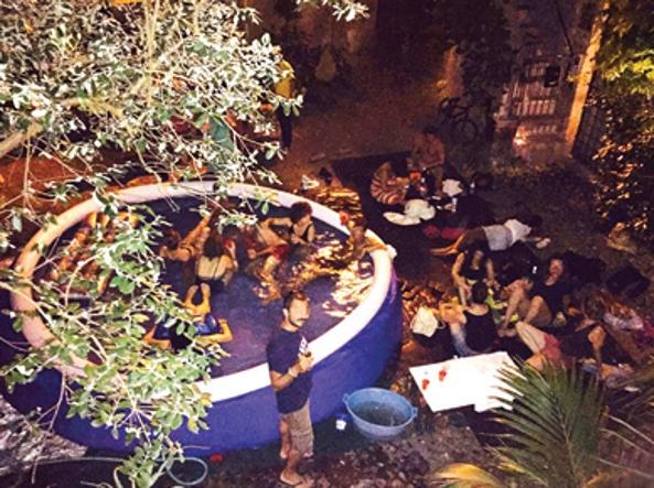 Il piscina-party all'Arco degli Acetari, dietro Campo de' Fiori