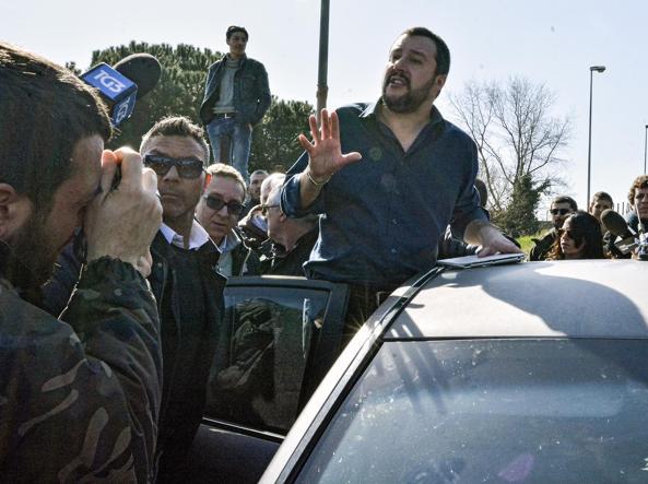 Il leader leghista Matteo Salvini in visita giorni fa nel campo di Salviati (Jpeg)