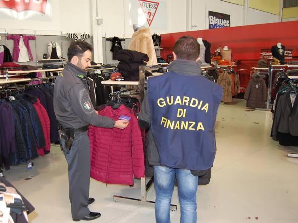 A Latina scoperto outlet di abiti falsi sequestrati 120mila capi ...