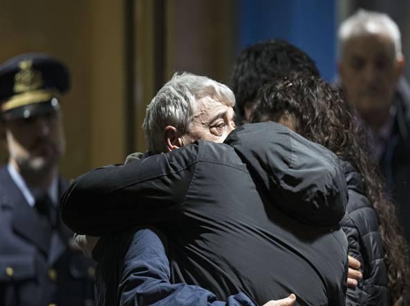 Gino Pollicardo abbraccia uno dei suoi familiari a Ciampino (foto Jpeg)