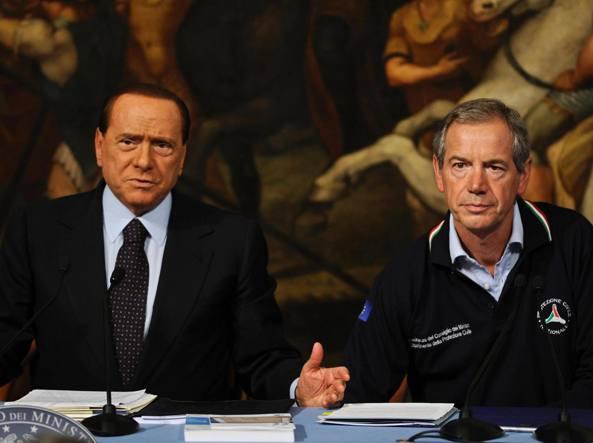 Guido Bertolaso e Silvio Berlusconi, che lo sostiene nella corsa al Campidoglio (Ansa)