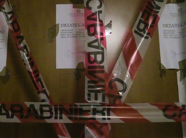 I sigilli alla porta dell'abitazione di Manuel Foffo (foto Proto)