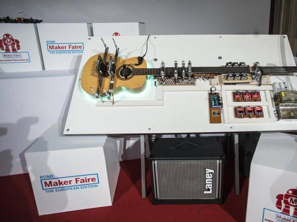 La chitarra robot ideata dagli studenti dell'Istituto Marconi di Campobasso (Jpeg)