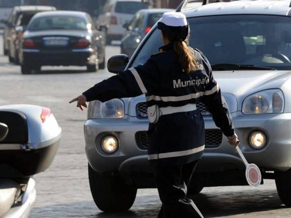 Mortale sull'Ostiense, donna con l'auto contro un pilone