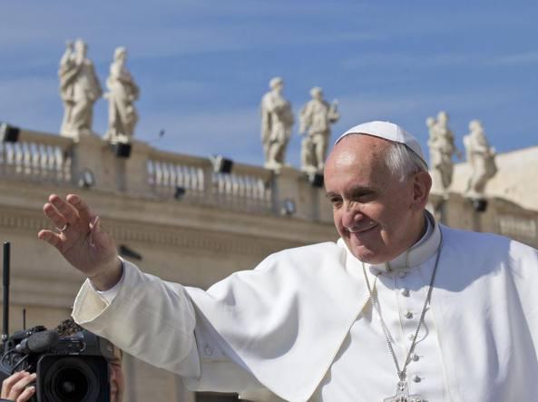 Papa Francesco a sorpresa confessa i giovani in piazza San Pietro