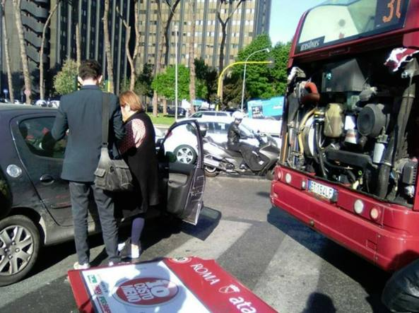 Atac, portellone si stacca dal bus sulla Colombo