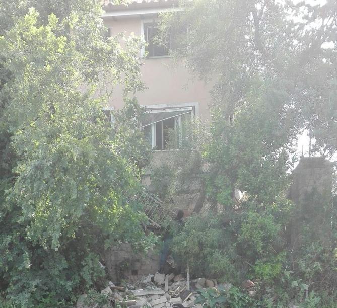 Esplosione in un edificio di due piani a la rustica for Piani di costruzione dell edificio