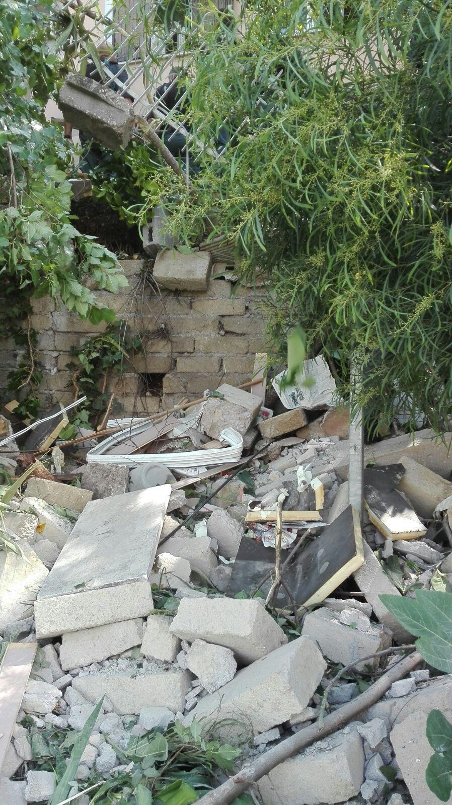 Esplosione in un edificio di due piani a la rustica for Piani di fattoria rustica