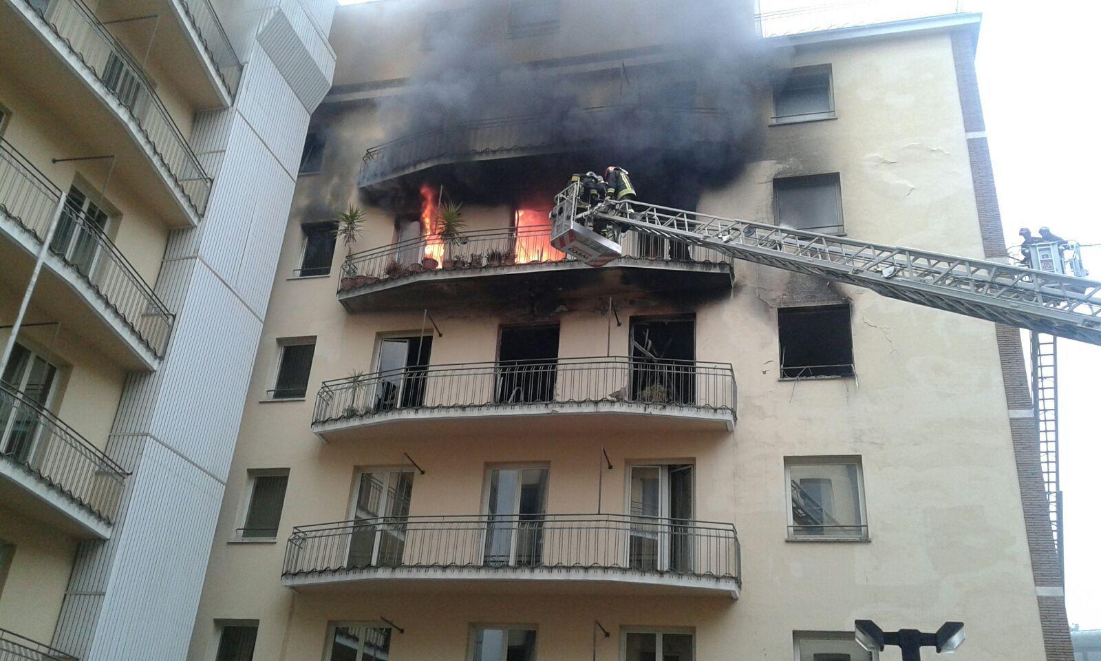 a fuoco due piani del palazzo delle finanze
