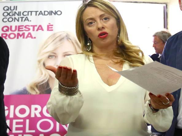 Salvini contestato al campo rom della Magliana:
