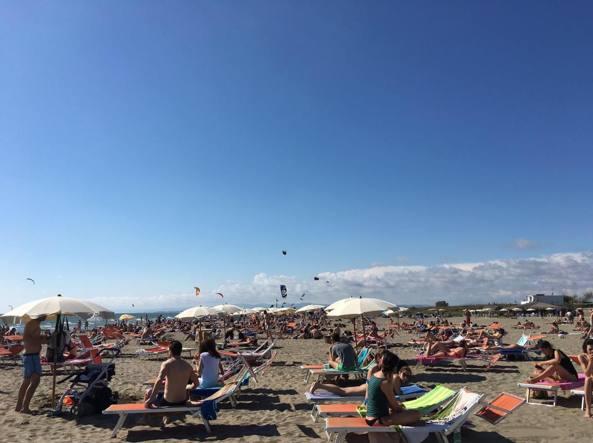 La spiaggia di Fregene gremita di bagnanti