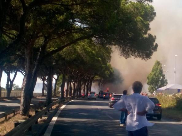 Roma, incendio sulla via Pontina: strada chiusa e traffico in tilt