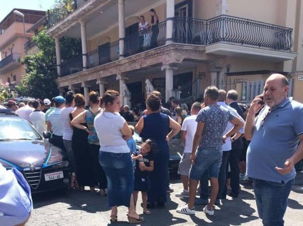 Esplosione in villa, funerale di Casamonica con Ferrari e petali di rosa