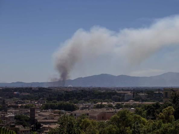 Ardea, incendio alla Castagnetta: bruciano sterpaglie e macchia mediterranea FOTO