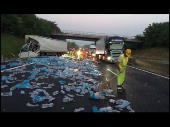 Gravissimo incidente in autostrada, coinvolti due mezzi pesanti