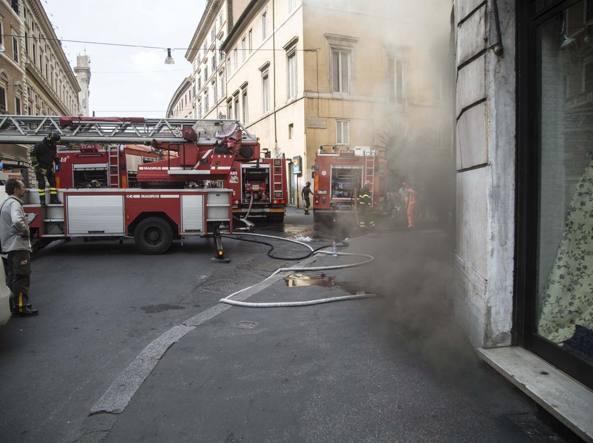 Incendio al centro di Roma, le immagini del palazzo evacuato