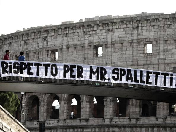 Lo striscione pro Spalletti dei tifosi romanisti al Colosseo (Ansa)