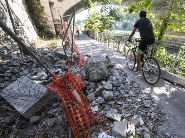 Il crollo del muraglione di Ponte Sublicio con la ciclabile transennata, e riaperta, dai ciclisti per continuare a passare (Jpeg fotoservizi)